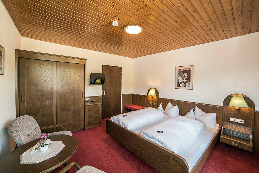 Zweites Schlafzimmer mit großem Kleiderschrank