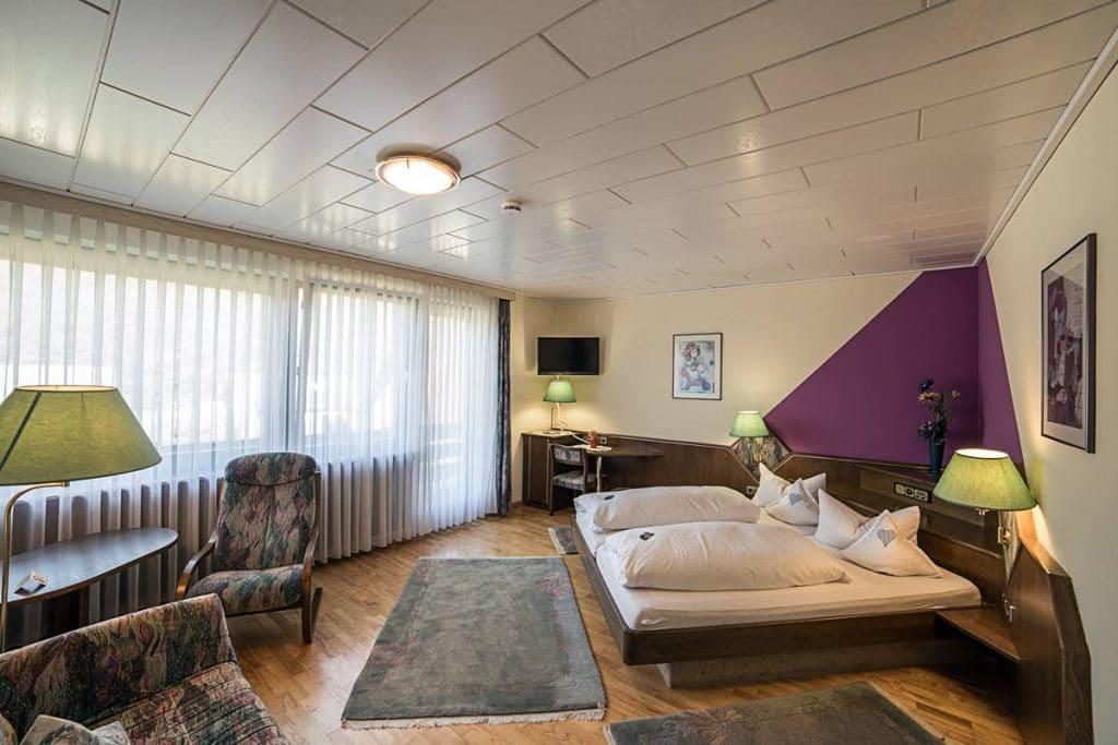 Großes Schlafzimmer mit Doppelbett in der Ferienwohnung