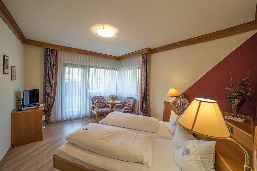 Großes Schlafzimmer mit Doppelbett in der Ferienwohnung 3