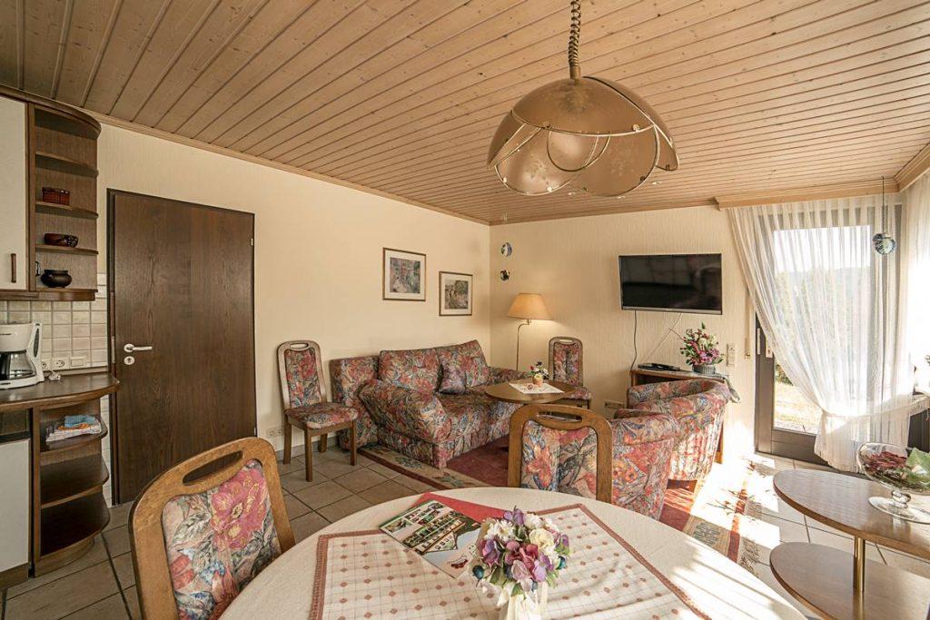 Esstisch und Wohnecke in der Küche der Ferienwohnung