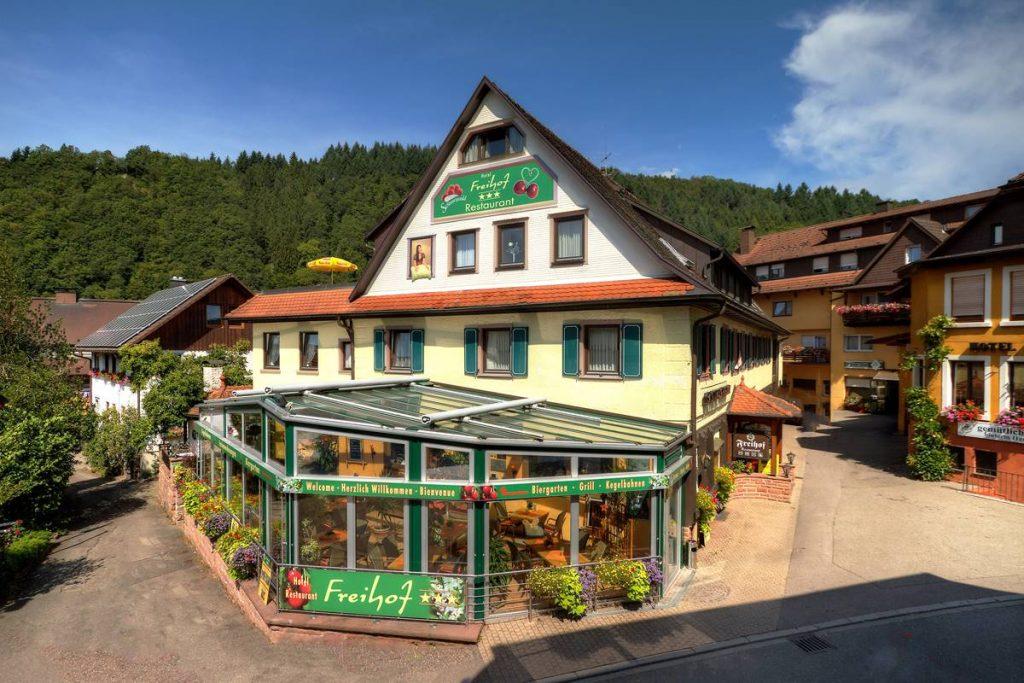 Blick auf den Freihof mit Wintergarten im Sommer