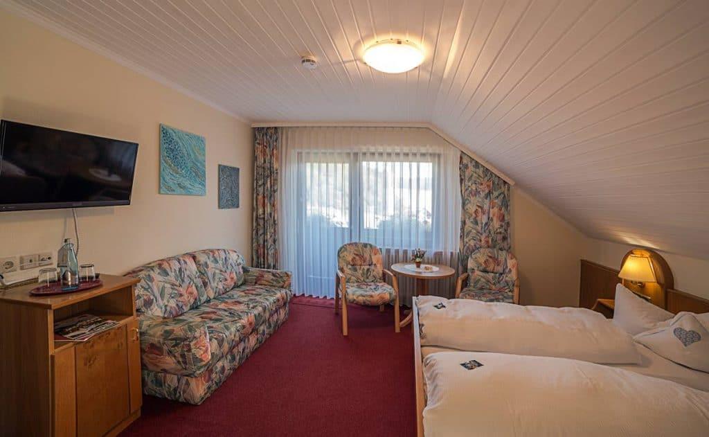 Doppelzimmer mit Balkon, Sofa und Flachbidl-SAT-TV