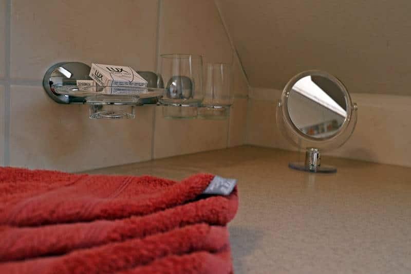 Handtücher und Kosmetikspiegel der Ferienwohnung