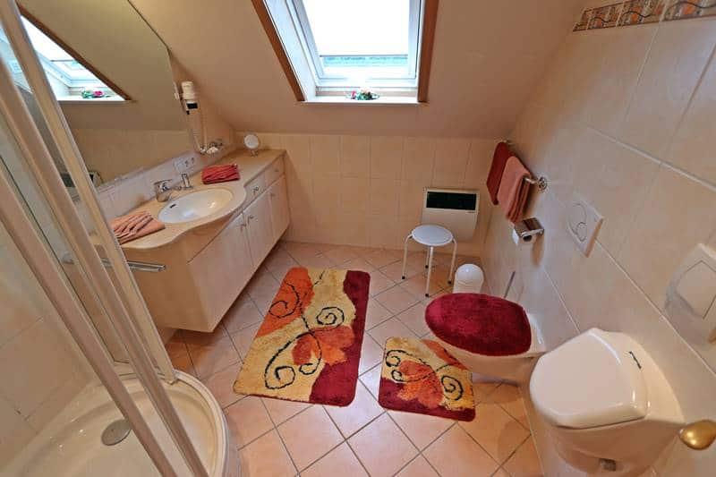 Großes Badezimmer der Ferienwohnung