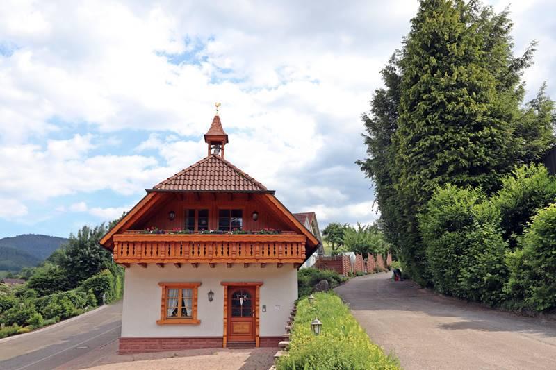 Ansicht Landhaus mit Balkon und Glockentürmchen
