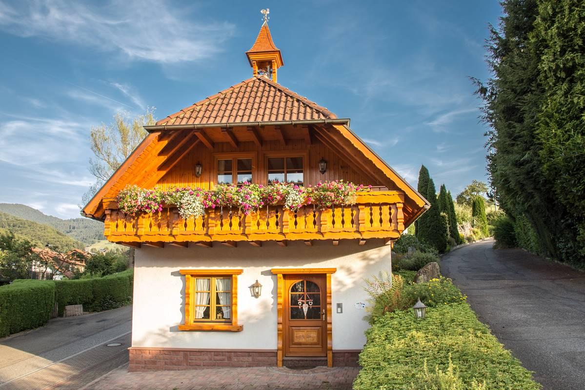 Landhaus Blumen Balkon Karusell