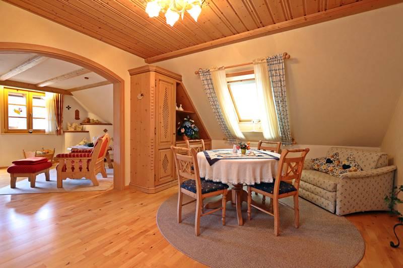 Esstisch unter dem Dachfenster mit ausziehbarer Couch