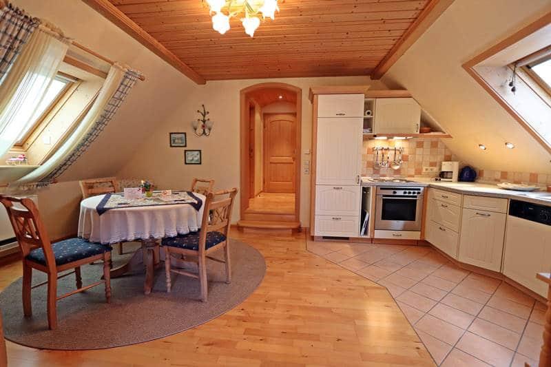 Küche mit rundem Esstisch