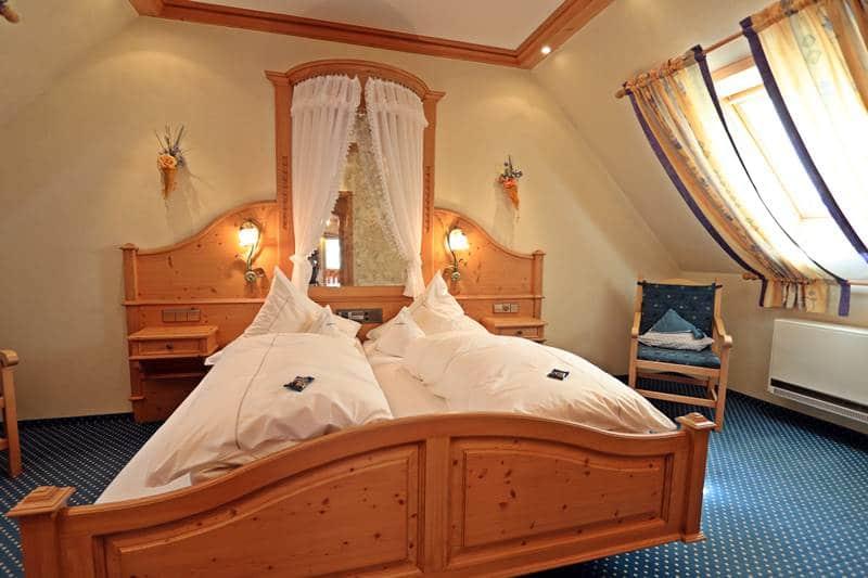 Doppelbett mit Himmel im Dachzimmer