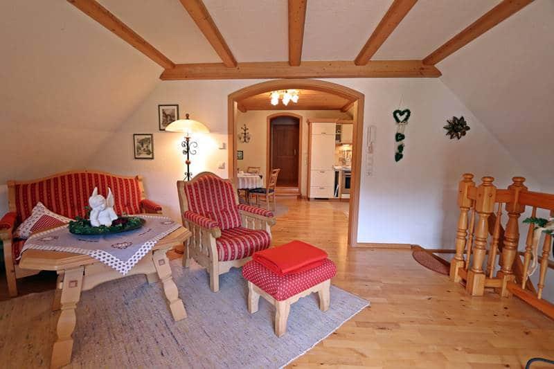 Blick ins Wohnzimmer und in die große Wohnküche der Ferienwohnung Landhaus
