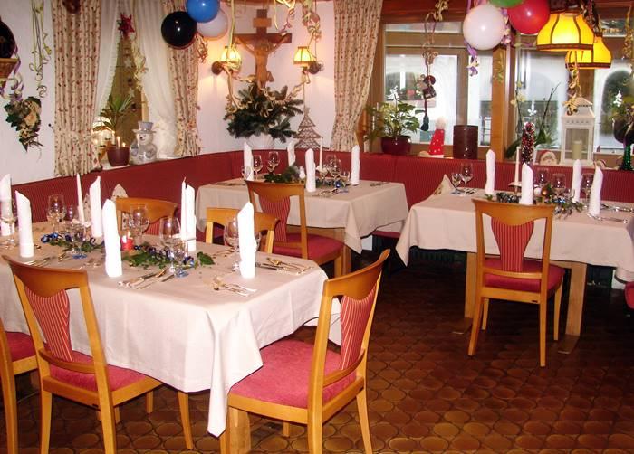Blick ins Restaurant mit feierlich gedeckten Tischen