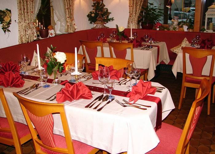 Weihnachtlich geschmückte Tische im Rerstaurant