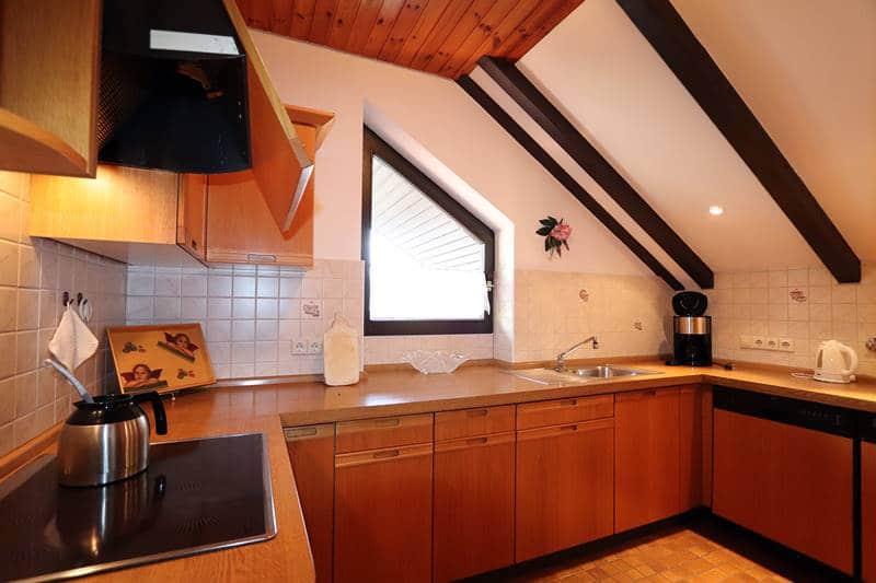 Großzügige Küche unter der Dachschräge