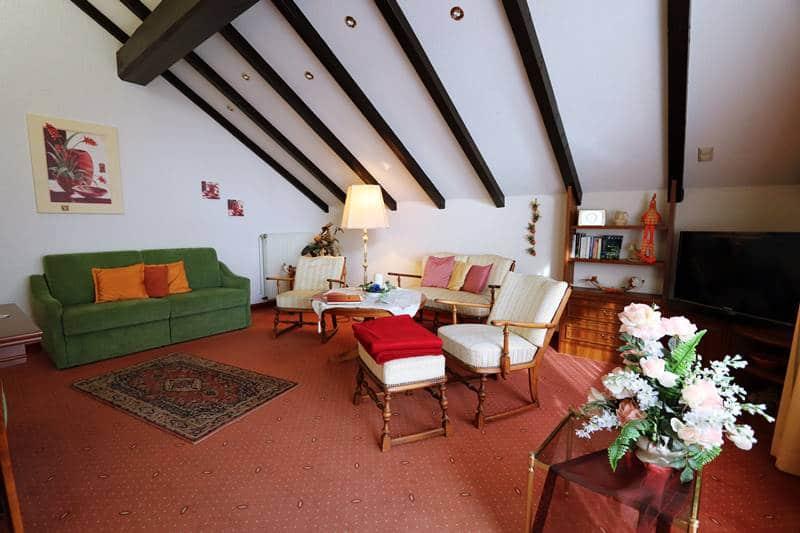 Sitzgelegenheit und Couch im Wohnzimmer