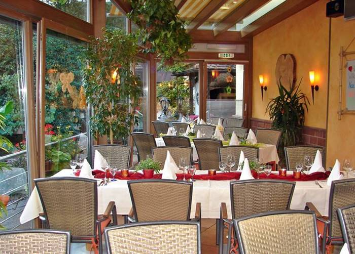 Wintergarte mit feierlich gedeckten Tischen