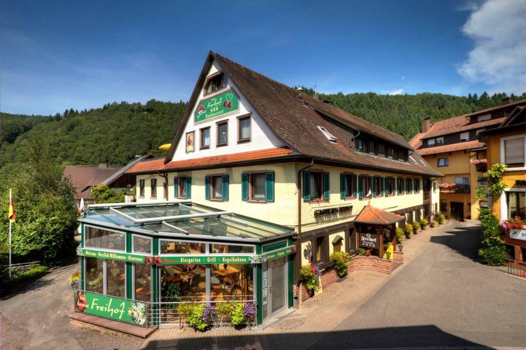 Hotel Freihof im Sommer mit Blumenschmuck