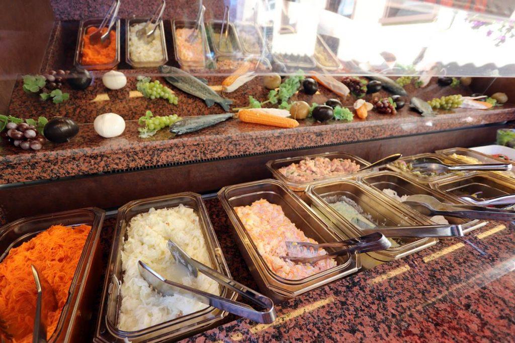 Gekühltes Salatbuffet auf der Terrasse