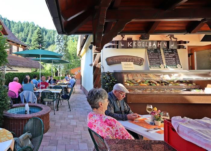 Grillabend auf der Terrasse im Sommer in Oberharmersbach