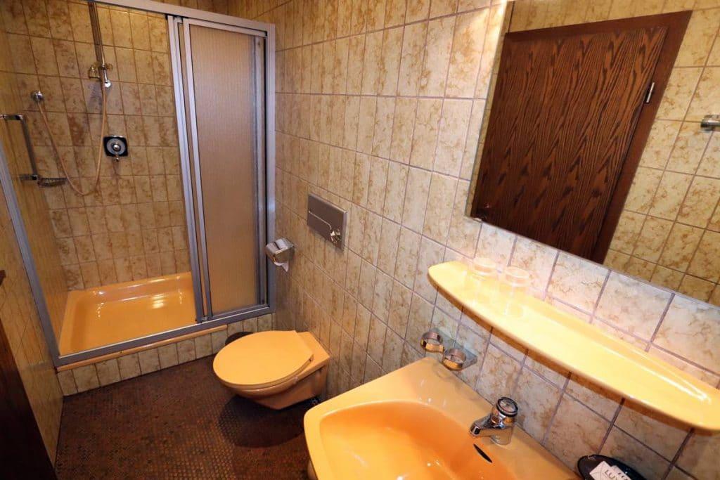 Bad mit Dusche und WC der Ferienwohnung Rosalie